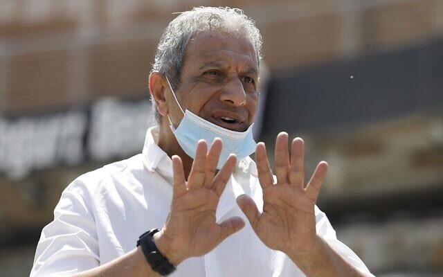 Le maire d'Eilat, Meïr Yitzhak Halevi, s'entretient avec l'AFP dans la station balnéaire de la mer Rouge à Eilat le 17 avril 2020, au milieu de la pandémie de coronavirus. (Menahem Kahana/AFP)