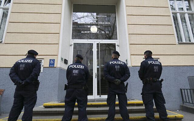 La police devant une école à Vienne, en Autriche, le 26 février 2020. Photo illustrative. (AP Photo/Roland Zak)