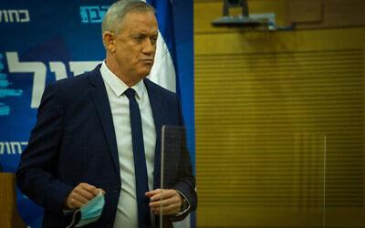 Le ministre de la Défense Benny Gantz fait une déclaration aux médias à la Knesset, le 24 août 2020. (Oren Ben Hakoon/Flash90)