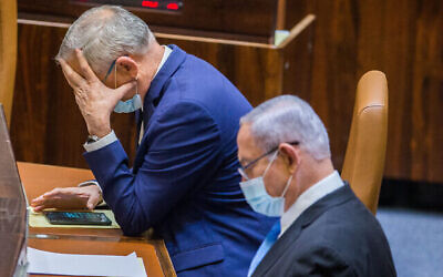 Le ministre de la Défense Benny Gantz (à gauche) et le Premier ministre Benjamin Netanyahu lors d'un vote à la Knesset le 24 août 2020 pour repousser une échéance budgétaire et ainsi éviter des élections (Oren Ben Hakoon/POOL)
