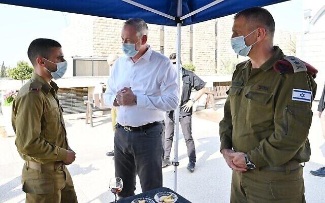 Le ministre de la Défense Benny Gantz, au centre, parle à un officier de Tsahal sous le regard du chef d'état-major de l'armée, le lieutenant général Aviv Kohavi, à droite, lors d'une visite au commandement central de Tsahal à Jérusalem, le 15 septembre 2020. (Ariel Hermoni/Ministère de la Défense)