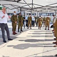 Le ministre de la Défense Benny Gantz, à gauche, s'adresse aux soldats de Tsahal lors d'une visite au commandement central de l'armée à Jérusalem le 15 septembre 2020. (Ariel Hermoni/Ministère de la Défense)