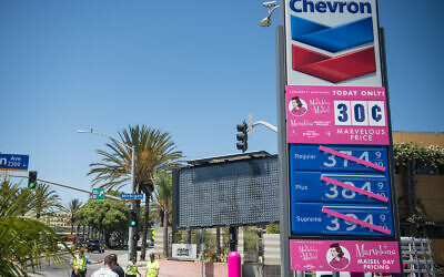 Une station-service Chevron à Santa Monica, Californie, le 15 août 2019. (Morgan Lieberman/Getty Images via JTA)