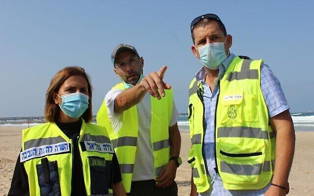 Gila Gamliel, ministre de la Protection de l'environnement, et Assaf Izak, chef du conseil régional de Hof Carmel (à droite), reçoivent des conseils lors d'un exercice en vue d'une éventuelle fuite de pétrole de la plate-forme de gaz naturel Leviathan au large de la côte méditerranéenne nord d'Israël, le 6 septembre 2020. (Danny Shlomi, EcoOcean)