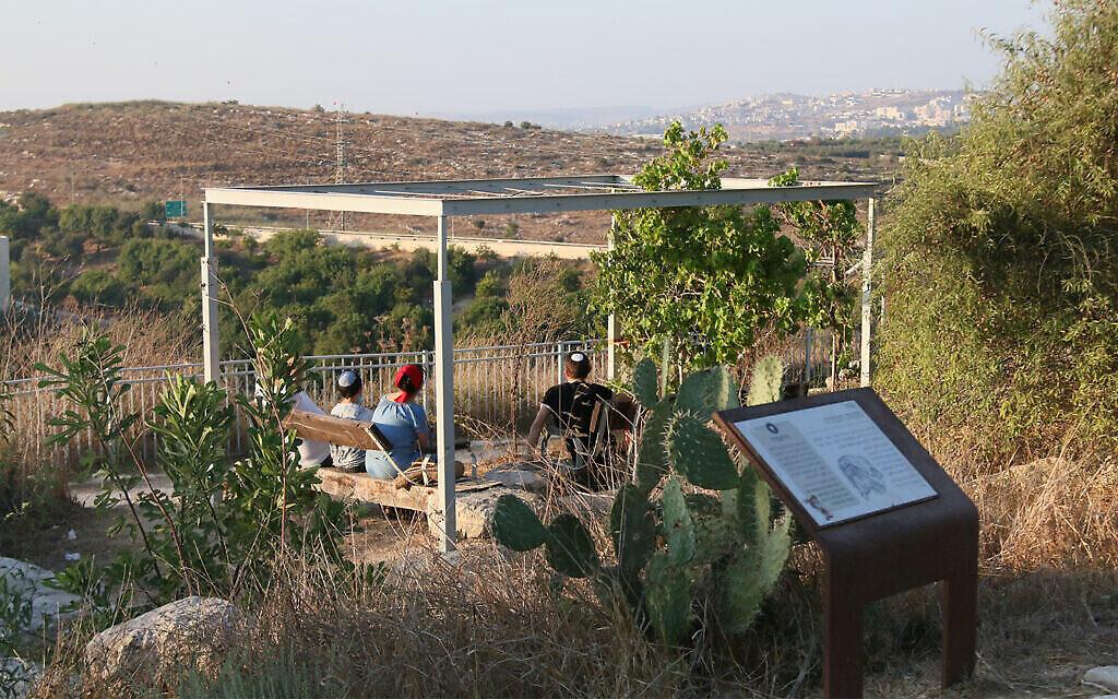 Un point d'observation à côté d'un mikveh dans le jardin archéologique de Givat Titora. (Shmuel Bar-Am)