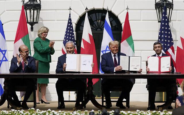 Le président américain Donald Trump, au centre, avec de gauche à droite, le ministre des Affaires étrangères du Bahreïn Khalid bin Ahmed Al Khalifa, le Premier ministre israélien Benjamin Netanyahu et le ministre des Affaires étrangères des Émirats arabes unis Abdullah bin Zayed al-Nahyan, lors de la cérémonie de signature des Accords d'Abraham sur la pelouse sud de la Maison Blanche, mardi 15 septembre 2020, à Washington. (AP Photo/Alex Brandon)