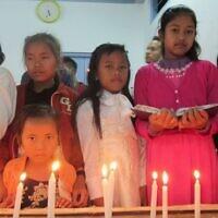 Des membres de la communauté juive des Bnei Menashe, originaires du nord-est de l'Inde, se réunissent à Churachandpur, dans l'État indien de Manipur, pour célébrer Hanoukka, le 8 décembre 2015. (Crédit : Shavei Israel)