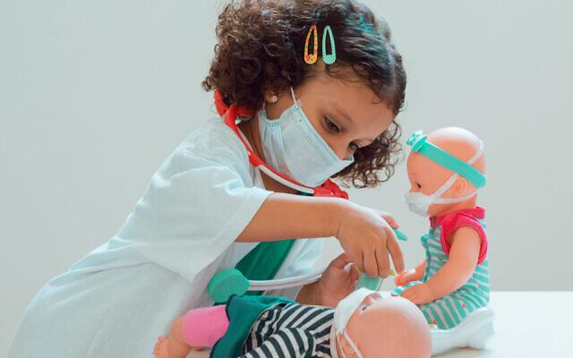 Une petite fille joue au docteur. (Mario De Moya F via iStock par Getty Images)