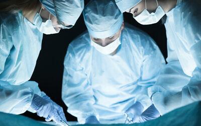 Illustration. Chirurgiens au travail dans une salle d'opération. (iStock)