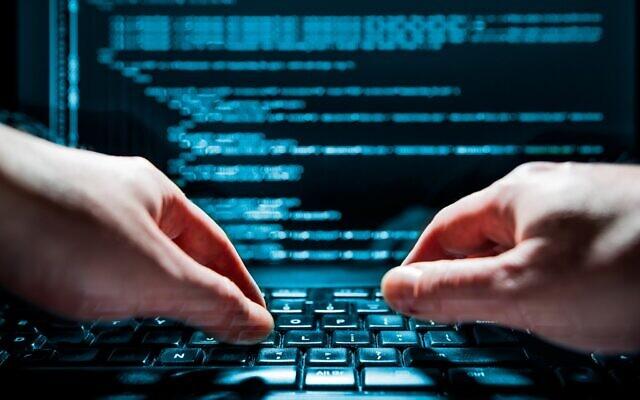 Photo illustrative d'un hacker et d'une fraude en ligne (scyther5 ; iStock par Getty Images)