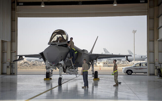 En ce 5 août 2019, photo publiée par l'US Air Force, un pilote et un équipage de chasseur F-35 se préparent pour une mission à la base aérienne d'Al-Dhafra aux Emirats Arabes Unis. (Sergent d'état-major Chris Thornbury/US Air Force via AP)