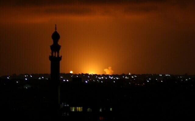 Des fumées et des flammes sont observées suite à une frappe aérienne israélienne dans la ville de Khan Yunis, au sud de la bande de Gaza, le 16 septembre 2020, en réponse à des tirs de roquettes sur Israël (photo de SAID KHATIB/AFP)