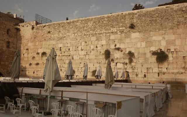 Capsules permettant à 20 femmes de pratiquer leur culte, une mesure visant à freiner la propagation du coronavirus, au mur Occidental dans la vieille ville de Jérusalem, restent vides le 18 septembre 2020, le premier jour d'un confinement national de trois semaines en réaction à une recrudescence des cas de COVID-19. (AP Photo/Maya Alleruzzo)