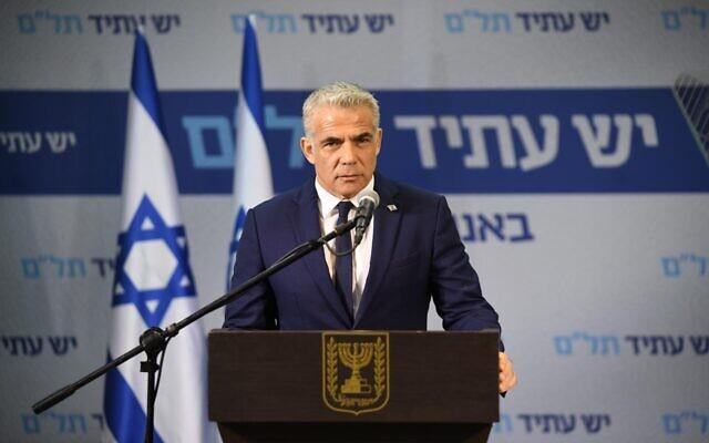 Le dirigeant de Yesh Atid-Telem, Yaïr Lapid, fait une déclaration à la presse le 21 avril 2020. (Elad Guttman/Yesh Atid-Telem)