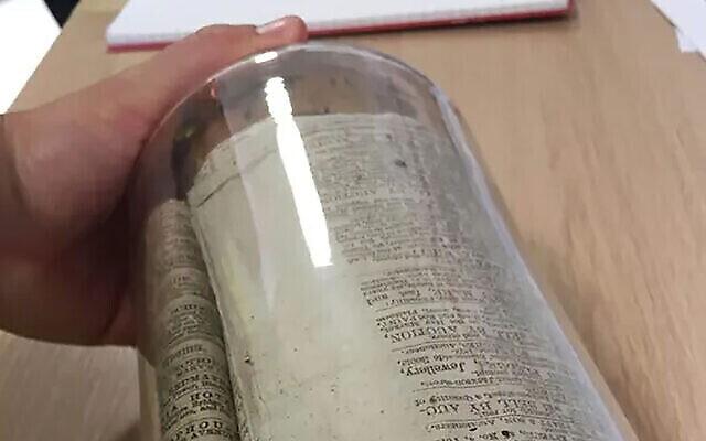 La capsule temporelle extraite d'un mur lors de rénovations d'un édifice qui fut autrefois une synagogue à Manchester. (Autorisation : Jewish Museum of Manchester via JTA)