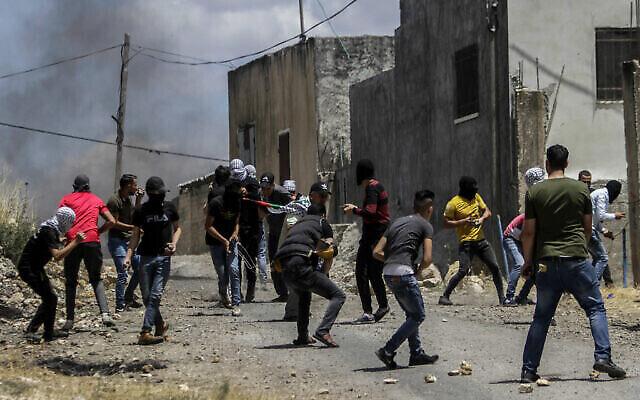 Des Palestiniens s'affrontent avec des soldats israéliens lors d'une manifestation contre le plan d'annexion de certaines parties de la Cisjordanie, dans le village de Kfar Qaddum, près de la ville de Naplouse en Cisjordanie, le 19 juin 2020. (Nasser Ishtayeh/Flash90)