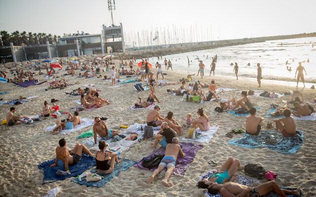 Les Israéliens profitent du temps chaud sur la plage de Tel Aviv le 5 septembre 2020. (Miriam Alster/FLASH90)
