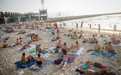 Les Israéliens profitent de la chaleur à la plage de Tel-Aviv le 5 septembre 2020. (Miriam Alster/FLASH90)