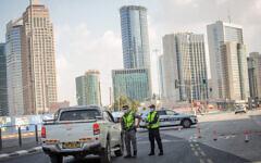 La police met en place un barrage routier temporaire sur la rue Menachem Begin à Tel-Aviv suite au confinement dû au coronavirus, le 23 septembre 2020. (Miriam Alster/Flash90)