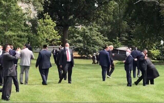 Des participants juifs à la cérémonie des Accords d'Abraham se réunissent pour prier sur la pelouse de la Maison Blanche, le 15 septembre 2020. (Capture d'écran Twitter)