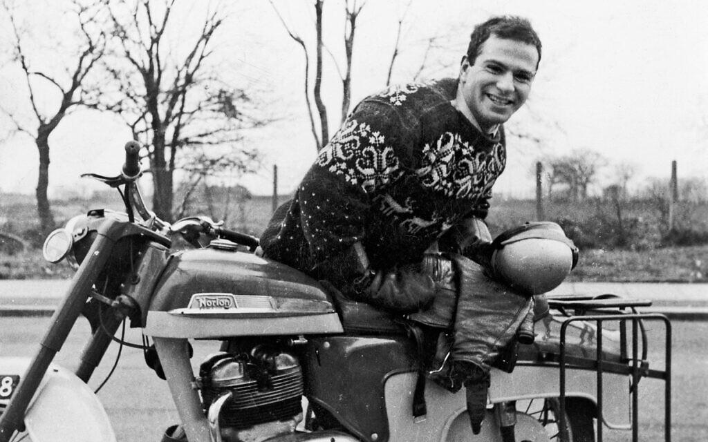 """Photo d'Oliver Sacks jeune homme avec sa moto à Greenwich ViIlage, 1961, présentée dans le documentaire de Ric Burns, """"Oliver Sacks: His Own Life"""" (Oliver Sacks : sa propre vie). (Avec l'aimable autorisation de Ric Burns)"""