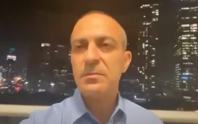 Ronni Gamzu, responsable de la lutte contre le coronavirus, est vu chez lui avant une conférence de presse sur le nouveau confinement national, le 13 septembre 2020. (Capture d'écran vidéo)