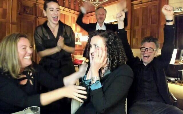 """Maria Schrader, au centre, et l'équipe de """"Unorthodox"""" reçoivent l'Emmy de la meilleure réalisation pour une série limitée, un film ou programme spécial, lors de la 72e cérémonie des Emmy Awards diffusée le 20 septembre 2020. (Invision pour l'Académie de télévision/AP)"""
