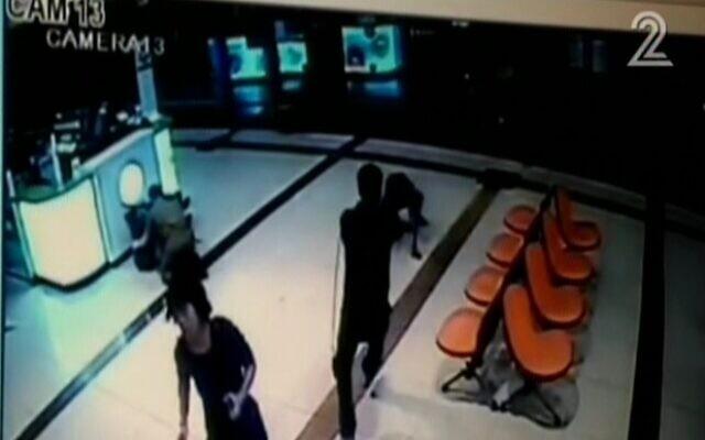 Images d'une caméra de sécurité montrant un Erythréen essuyant des tirs dans la gare routière centrale de Beer Sheva le 18 octobre 2015, soupçonné d'être un terroriste. (Capture d'écran : Deuxième chaîne)