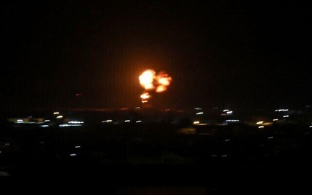 Des fumées et des flammes s'élèvent lors d'une attaque aérienne israélienne sur la ville de Rafah, au sud de la bande de Gaza, le 18 août 2020. (SAID KHATIB/AFP)