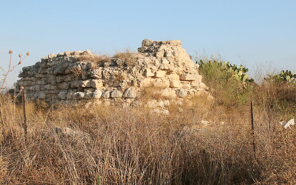 Les vestiges d'une forteresse croisée de deux étages appelée Tantara, dont les fondations ont été construites à l'aide de stèles juives datant du Second Temple, dans le jardin archéologique de Titora. (Shmuel Bar-Am)