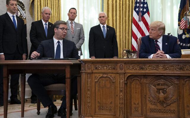 Le président Donald Trump écoute son homologue serbe Aleksandar Vučić parler lors d'une cérémonie de signature avec le Premier ministre kosovar Avdullah Hoti, dans le bureau ovale de la Maison Blanche, vendredi 4 septembre 2020, à Washington. (AP Photo/Evan Vucci)