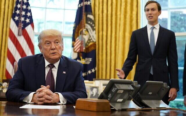 Le président américain Donald Trump écoute Jared Kushner qui s'exprime dans le bureau ovale de la Maison Blanche le 11 septembre 2020 à Washington, après que Trump a annoncé que les Etats-Unis avaient négocié un accord de paix entre Israël et Bahreïn. (AP/Andrew Harnik)