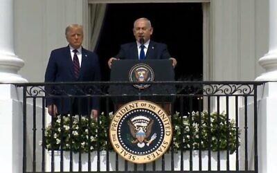 Le Premier ministre Benjamin Netanyahu, (à la tribune), sous le regard du Président Donald Trump, s'exprime lors de la cérémonie des Accords d'Abraham à la Maison Blanche, le 15 septembre 2020. (Capture d'écran de la Maison Blanche)