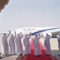 Des délégués des EAU saluent l'avion d'El Al au départ, à la fin des pourparlers de normalisation entre Israël et les Émirats arabes unis, à Abu Dhabi, le 1er septembre 2020. (Bureau du porte-parole d'El Al)