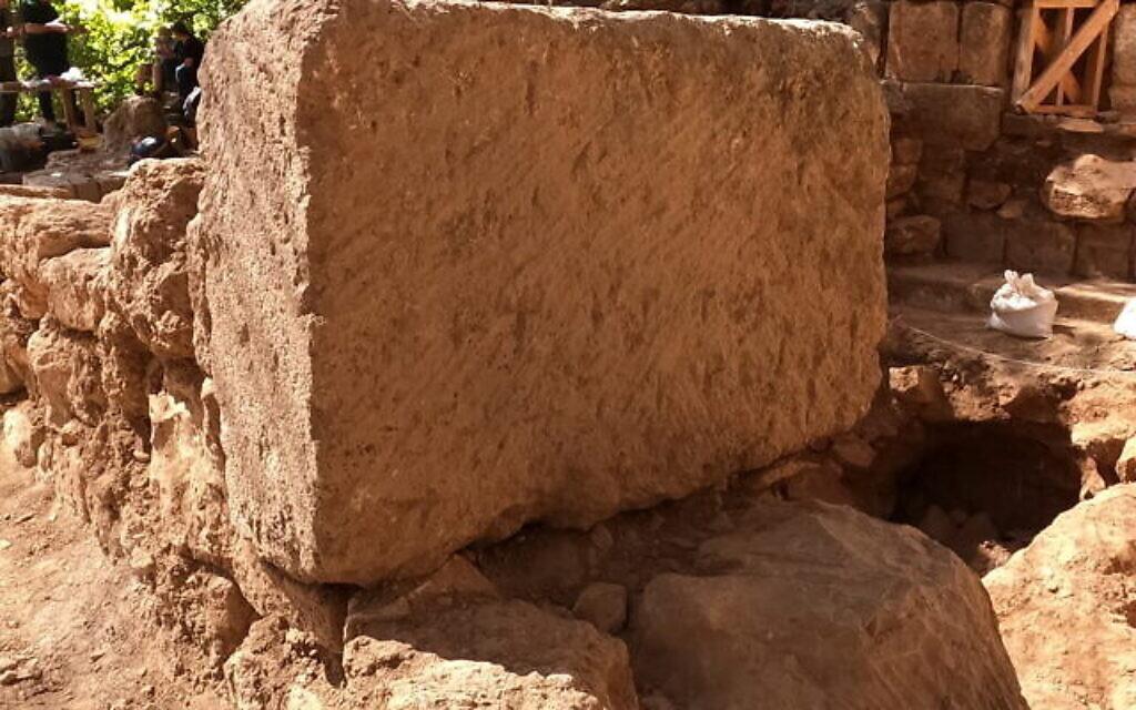 Pierre de taille avec des croix incisées trouvée dans l'église byzantine d'environ 400 ans après l'ère commune, mise au jour dans la réserve naturelle de Panéas. (Crédit : Yaniv Cohen)