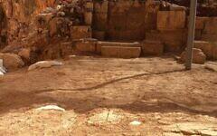 Le sol en mosaïque orné de croix d'une église byzantine datant d'environ l'an 400, découverts dans la réserve naturelle de Panéas. (Crédit : Yaniv Cohen)