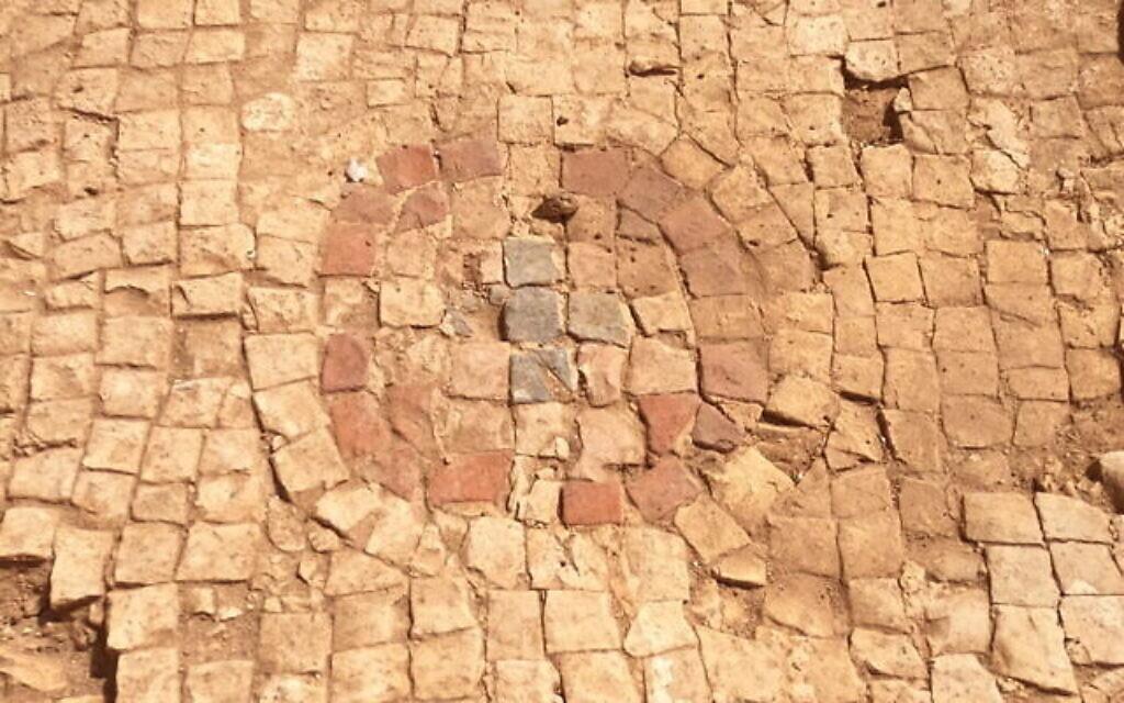 Sols en mosaïque ornés de croix dans l'église trouvée dans l'église byzantine d'environ 400 ans après l'ère commune, mise au jour dans la réserve naturelle de Panéas. (Crédit : Yaniv Cohen)