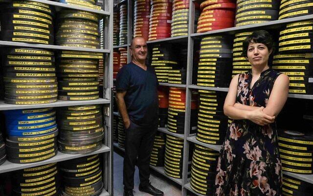 Hila Avraham, à droite, et Meir Russo,  directeur des archives - aujourd'hui numérisées pour être mises à la disposition du public - à la cinémathèque de Jérusalem. (Autorisation : Cinémathèque de Jérusalem)