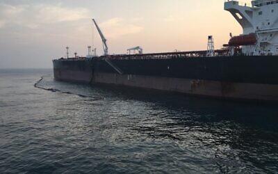 Les efforts de nettoyage en cours sur le site d'une fuite pétrolière à environ trois kilomètres de la côte d'Ashkelon, le 30 octobre 2020. (Crédit : Ministère de la protection environnementale)