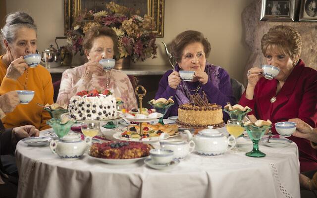 """Une image extraite de """"La Once"""", un film chilien de 2014 consacré à cinq femmes amies depuis des décennies qui se retrouvent pour prendre le thé une fois par mois, un film à découvrir grâce à Docustream, le streaming mis en place par le festival DocAviv du 1er au 31 octobre 2020 (Autorisation :  Docustream)"""