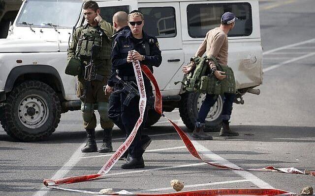 Illustration : la police israélienne inspecte les lieux d'une attaque au couteau déjouée près de Hébron et de l'implantation de Kiryat Arba en Cisjordanie, le 5 novembre 2018. (HAZEM BADER / AFP)