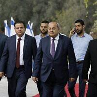 De gauche à droite : des membres du parti de la Liste commune, les députés Osama Saadi, Ayman Odeh, Ahmad Tibi et Mansour Abbas, arrivent pour rencontrer le président Reuven Rivlin au sujet du choix de l'homme qu'il devrait désigner pour essayer de former un nouveau gouvernement, Jérusalem, le 22 septembre 2019. (Menahem Kahana / AFP)