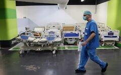 Un médecin travaille dans le parking souterrain du Rambam Health Care Campus de Haïfa, qui a été transformé en centre de soins intensifs pour les patients atteints de coronavirus, le 23 septembre 2020. (Jack Guez/AFP)
