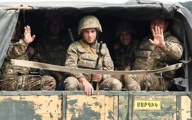 Des militaires de l'armée de défense du Karabakh à l'arrière d'un camion en route vers la ville de Martakert lors des combats avec l'Azerbaïdjan dans la région séparatiste du Haut-Karabakh, le 29 septembre 2020. (Narek Aleksanyan / AFP)