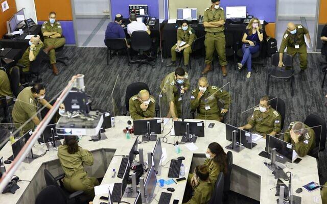 Des membres de la force opérationnelle COVID-19 israélienne, qui fait partie du Commandement du Front Intérieur de l'armée israélienne, assistent à une réunion au quartier général de la force opérationnelle de crise à Ramla, le 30 septembre 2020. (Emmanuel DUNAND / AFP)