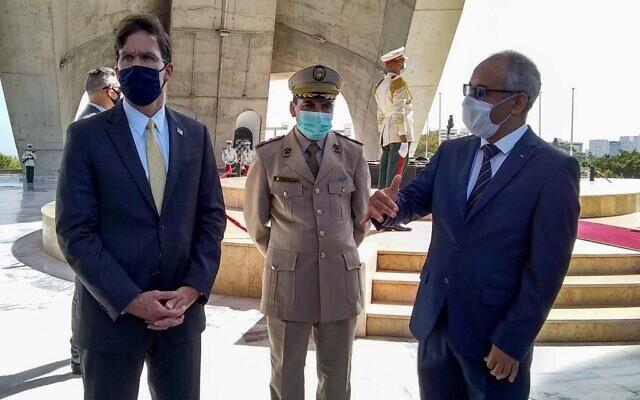 Le secrétaire américain à la Défense Mark Esper (à gauche) arrive avec un responsable algérien pour déposer une couronne au Mémorial des Martyrs dans la capitale Alger, le 1er octobre 2020. (Sylvie LANTEAUME / AFP)