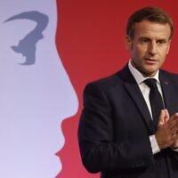 Le président français Emmanuel Macron prononce un discours pour présenter sa stratégie de lutte contre le séparatisme, le 2 octobre 2020 aux Mureaux, à proximité de Paris. (Ludovic MARIN / POOL / AFP)