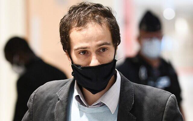 Farid Benyettou, 32 ans, l'ancien «émir» de la cellule des Buttes Chaumont qui aurait radicalisé les frères Kouachi, impliqués dans les attentats terroristes de Paris, arrive au palais de justice de Paris, le 3 octobre 2020, pour son audience dans le cadre du procès de 14 personnes soupçonnées d'être complices des meurtres djihadistes de Charlie Hebdo et de l'Hyper Cacher. (Christophe ARCHAMBAULT / AFP)