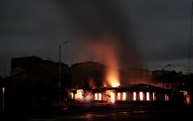 Un bâtiment brûle après des bombardements pendant les combats en cours entre l'Azerbaïdjan et l'Arménie au Nagorno-Karabakh, dans la ville de  Stepanakert, le 4 octobre 2020 (Crédit :   Areg Balayan / Armenian Government / AFP)