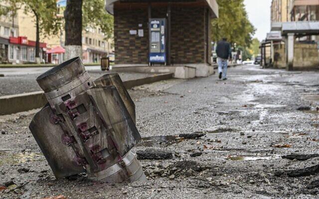 Une roquette non explosée à Stepanakert, la principale ville de la région séparatiste du Haut-Karabakh, le 6 octobre 2020, lors des combats en cours entre l'Arménie et l'Azerbaïdjan au sujet de la région contestée. (ARIS MESSINIS / AFP)